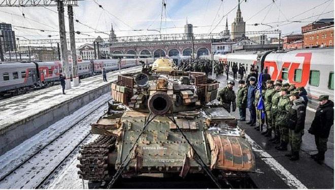 Tàu hỏa chất đầy vũ khí chiến lợi phẩm Nga ở Syria ngao du khắp đất nước - Ảnh 1.