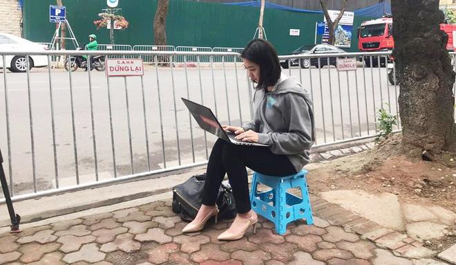 Nữ phóng viên Hàn Quốc tác nghiệp trên vỉa hè Hà Nội gây chú ý vì góc nghiêng xinh đẹp - Ảnh 1.