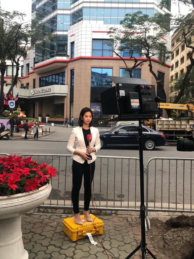 Nữ phóng viên Hàn Quốc tác nghiệp trên vỉa hè Hà Nội gây chú ý vì góc nghiêng xinh đẹp - Ảnh 3.