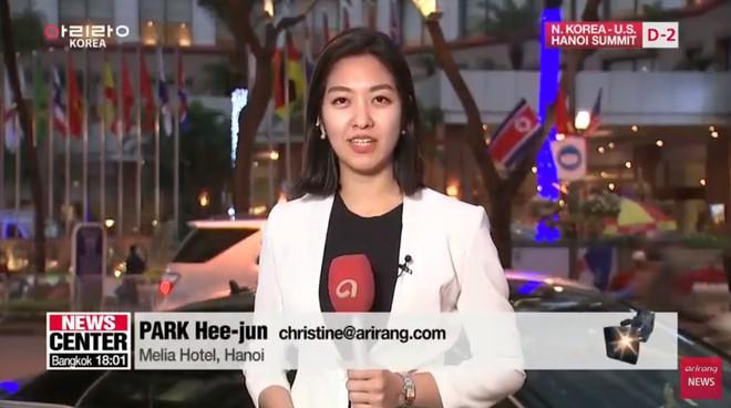 Nữ phóng viên Hàn Quốc tác nghiệp trên vỉa hè Hà Nội gây chú ý vì góc nghiêng xinh đẹp - Ảnh 5.