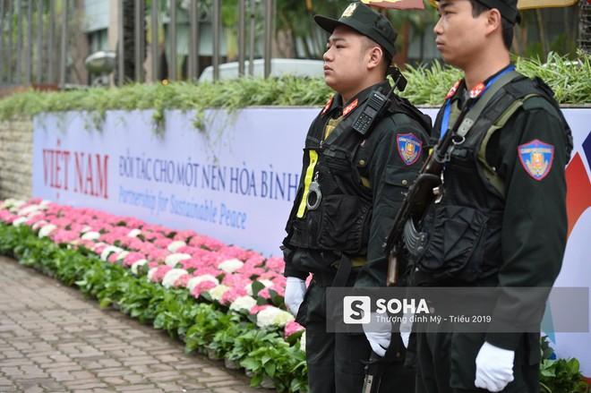 [Ảnh] 3 chú khuyển đặc biệt kiểm tra khách sạn Melia trước ngày Chủ tịch Kim Jong-Un đến Việt Nam - Ảnh 5.