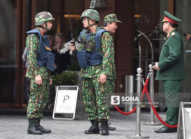 [Ảnh] 3 chú khuyển đặc biệt kiểm tra khách sạn Melia trước ngày Chủ tịch Kim Jong-Un đến Việt Nam - Ảnh 2.