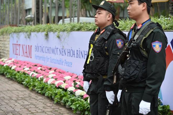 Xe bọc thép trấn giữ trên đường về khách sạn của Chủ tịch Kim Jong-un - Ảnh 2.