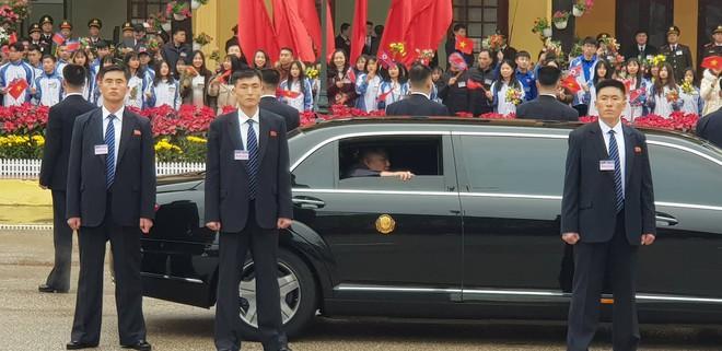 12 vệ sĩ của ông Kim Jong Un tái hiện màn chạy bộ ấn tượng trước cửa nhà ga Đồng Đăng, Việt Nam - Ảnh 3.