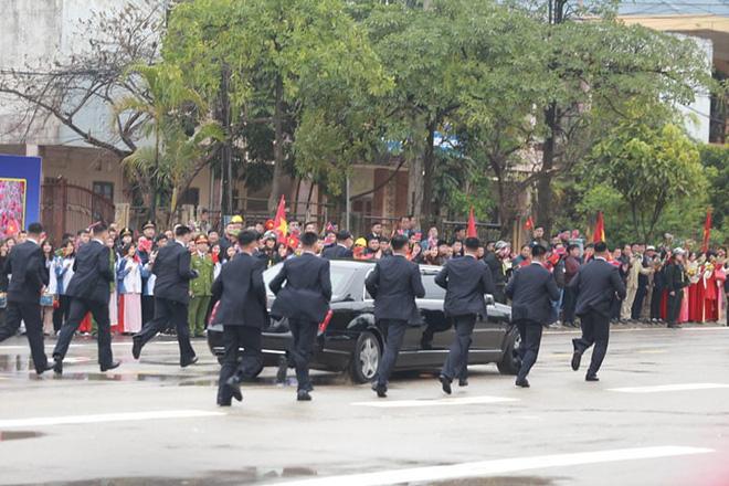 12 vệ sĩ của ông Kim Jong Un tái hiện màn chạy bộ ấn tượng trước cửa nhà ga Đồng Đăng, Việt Nam - Ảnh 11.