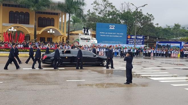 12 vệ sĩ của ông Kim Jong Un tái hiện màn chạy bộ ấn tượng trước cửa nhà ga Đồng Đăng, Việt Nam - Ảnh 9.