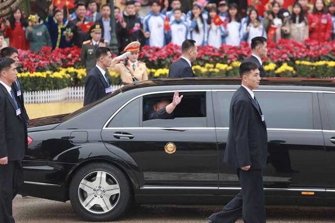 12 vệ sĩ của ông Kim Jong Un tái hiện màn chạy bộ ấn tượng trước cửa nhà ga Đồng Đăng, Việt Nam - Ảnh 8.