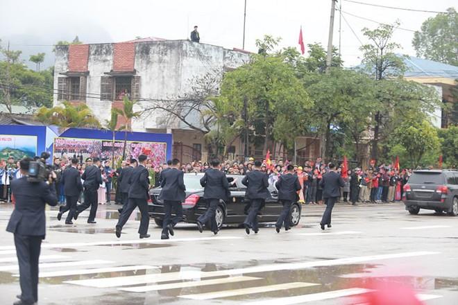 12 vệ sĩ của ông Kim Jong Un tái hiện màn chạy bộ ấn tượng trước cửa nhà ga Đồng Đăng, Việt Nam - Ảnh 12.