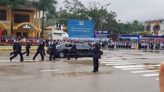 12 vệ sĩ của ông Kim Jong Un tái hiện màn chạy bộ ấn tượng trước cửa nhà ga Đồng Đăng, Việt Nam - Ảnh 13.
