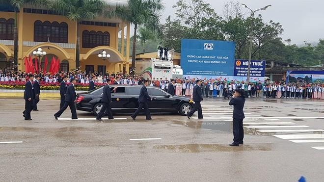12 vệ sĩ của ông Kim Jong Un tái hiện màn chạy bộ ấn tượng trước cửa nhà ga Đồng Đăng, Việt Nam - Ảnh 14.