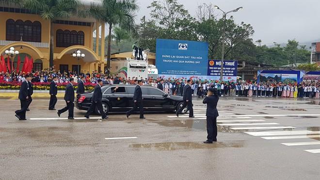 12 vệ sĩ của ông Kim Jong Un tái hiện màn chạy bộ ấn tượng trước cửa nhà ga Đồng Đăng, Việt Nam - Ảnh 15.