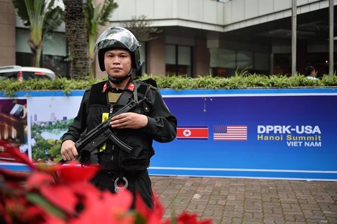 Xe bọc thép trấn giữ trên đường về khách sạn của Chủ tịch Kim Jong-un - Ảnh 3.