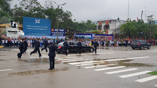 12 vệ sĩ của ông Kim Jong Un tái hiện màn chạy bộ ấn tượng trước cửa nhà ga Đồng Đăng, Việt Nam - Ảnh 16.