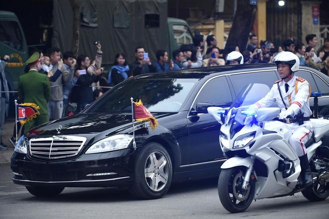 [ẢNH] Chủ tịch Kim Jong Un thăm Đại sứ quán Triều Tiên trong ngày đầu tiên đến Hà Nội - Ảnh 3.