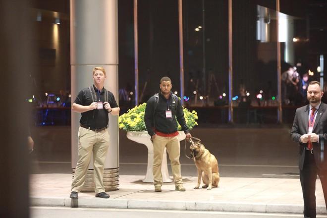 [NÓNG] Đặc vụ Mỹ vũ trang tận răng, chó nghiệp vụ rà soát sân bay Nội Bài, chuẩn bị đón ông Trump - Ảnh 5.