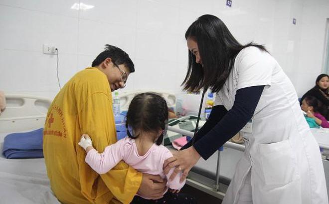 Cảnh báo 3 sai lầm khiến bệnh cúm dễ biến chứng nguy hiểm cha mẹ hay mắc khi chăm sóc con