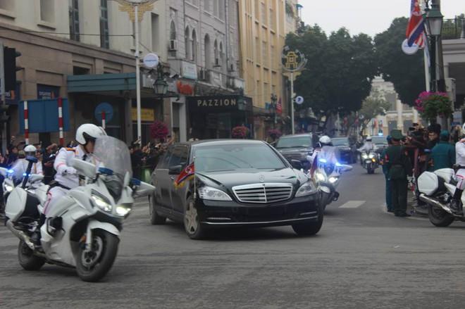 [Ảnh, Video] Xe chống đạn của ông Kim Jong Un lăn bánh trên đường phố Hà Nội - Ảnh 7.