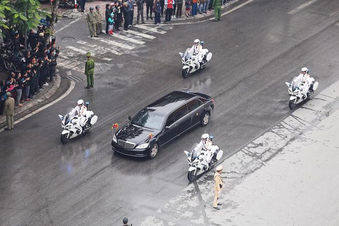 [Ảnh, Video] Xe chống đạn của ông Kim Jong Un lăn bánh trên đường phố Hà Nội - Ảnh 2.