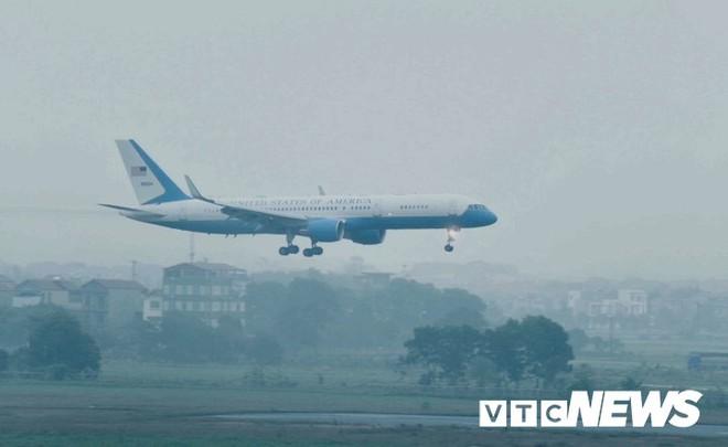 Máy bay chở phái đoàn Mỹ đáp xuống sân bay Nội Bài - Ảnh 1.