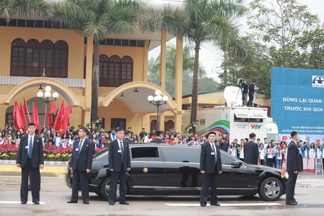 12 vệ sĩ của ông Kim Jong Un tái hiện màn chạy bộ ấn tượng trước cửa nhà ga Đồng Đăng, Việt Nam - Ảnh 2.