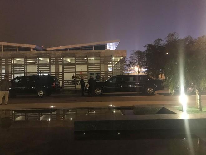 [NÓNG] Hai siêu xe Cadillac One The Beast tới sân bay Nội Bài, chuẩn bị đón chuyên cơ tổng thống Trump - Ảnh 1.
