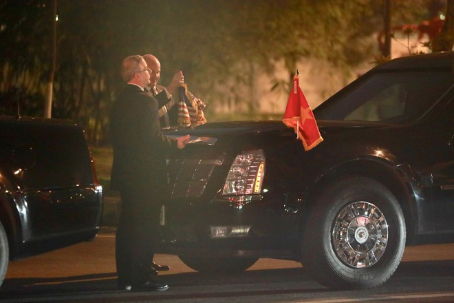 [NÓNG] Hai siêu xe Cadillac One The Beast tới sân bay Nội Bài, chuẩn bị đón chuyên cơ tổng thống Trump - Ảnh 2.