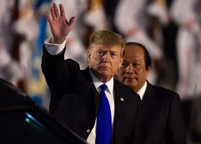 Toàn cảnh Quái thú chở TT Donald Trump lướt phố đêm Hà Nội trong sự chào đón nồng nhiệt của người dân - Ảnh 3.