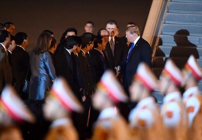 Toàn cảnh Quái thú chở TT Donald Trump lướt phố đêm Hà Nội trong sự chào đón nồng nhiệt của người dân - Ảnh 2.