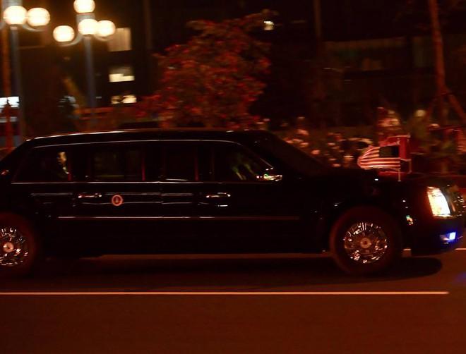 Toàn cảnh Quái thú chở TT Donald Trump lướt phố đêm Hà Nội trong sự chào đón nồng nhiệt của người dân - Ảnh 4.