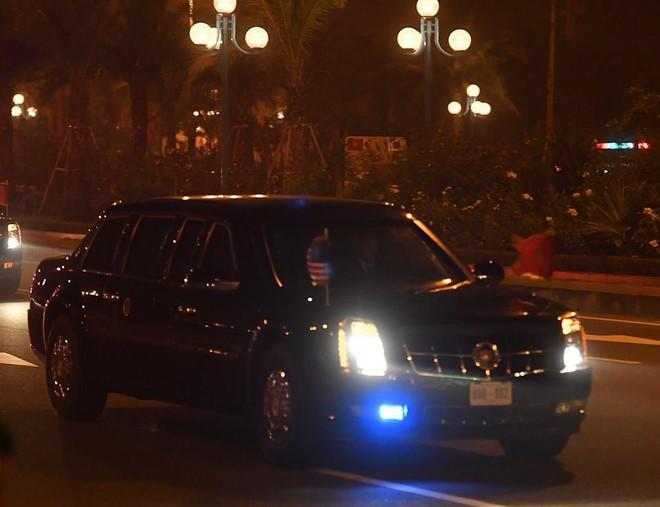 Toàn cảnh Quái thú chở TT Donald Trump lướt phố đêm Hà Nội trong sự chào đón nồng nhiệt của người dân - Ảnh 6.