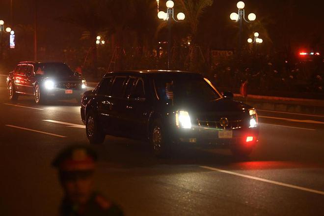 Toàn cảnh Quái thú chở TT Donald Trump lướt phố đêm Hà Nội trong sự chào đón nồng nhiệt của người dân - Ảnh 7.