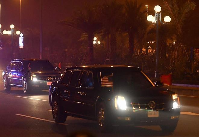Toàn cảnh Quái thú chở TT Donald Trump lướt phố đêm Hà Nội trong sự chào đón nồng nhiệt của người dân - Ảnh 8.