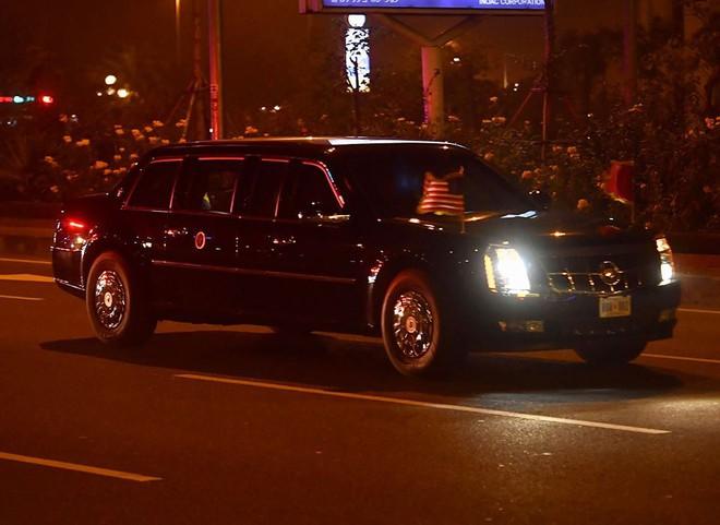 Toàn cảnh Quái thú chở TT Donald Trump lướt phố đêm Hà Nội trong sự chào đón nồng nhiệt của người dân - Ảnh 9.