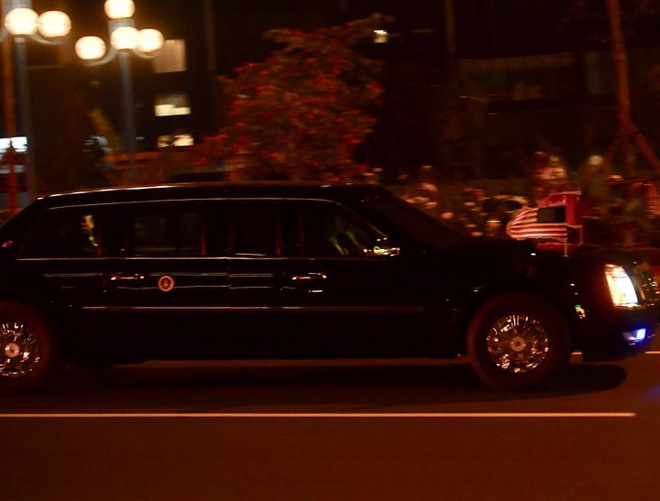 Toàn cảnh Quái thú chở TT Donald Trump lướt phố đêm Hà Nội trong sự chào đón nồng nhiệt của người dân - Ảnh 10.