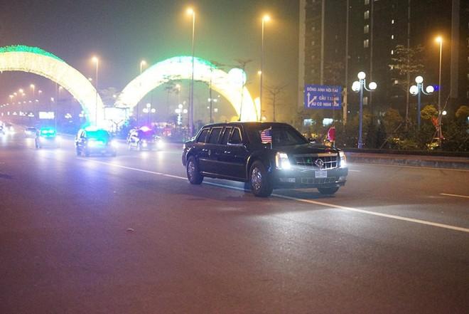 Toàn cảnh Quái thú chở TT Donald Trump lướt phố đêm Hà Nội trong sự chào đón nồng nhiệt của người dân - Ảnh 12.