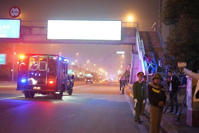 Toàn cảnh Quái thú chở TT Donald Trump lướt phố đêm Hà Nội trong sự chào đón nồng nhiệt của người dân - Ảnh 13.