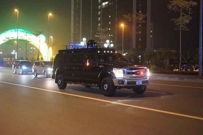 Toàn cảnh Quái thú chở TT Donald Trump lướt phố đêm Hà Nội trong sự chào đón nồng nhiệt của người dân - Ảnh 15.