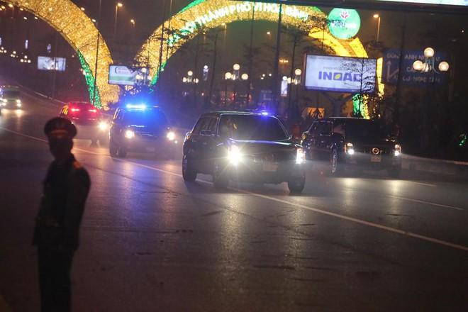 Toàn cảnh Quái thú chở TT Donald Trump lướt phố đêm Hà Nội trong sự chào đón nồng nhiệt của người dân - Ảnh 16.