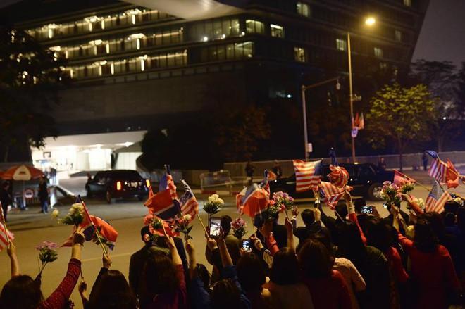 Toàn cảnh Quái thú chở TT Donald Trump lướt phố đêm Hà Nội trong sự chào đón nồng nhiệt của người dân - Ảnh 21.