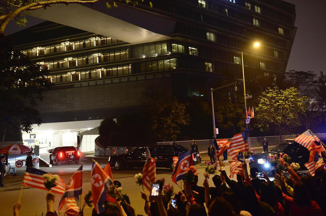 Toàn cảnh Quái thú chở TT Donald Trump lướt phố đêm Hà Nội trong sự chào đón nồng nhiệt của người dân - Ảnh 22.