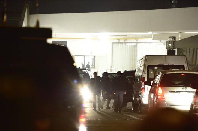 Toàn cảnh Quái thú chở TT Donald Trump lướt phố đêm Hà Nội trong sự chào đón nồng nhiệt của người dân - Ảnh 25.