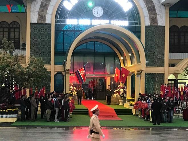 Túc trực thâu đêm đón Chủ tịch Kim Jong-un tại Ga Đồng Đăng - Ảnh 3.