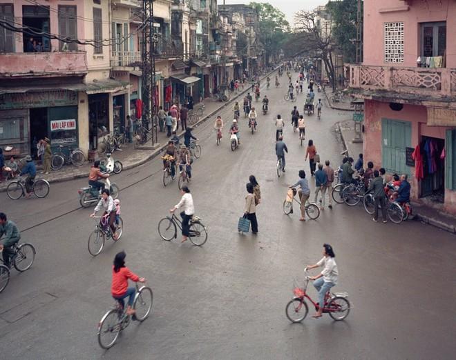 Hà Nội 36 phố phường chụp suốt 30 năm từng xuất hiện trên báo Anh - Ảnh 3.