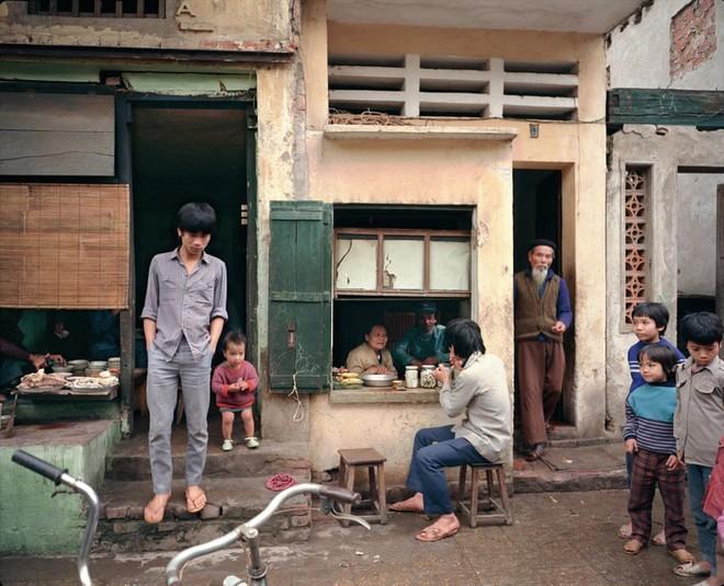 Hà Nội 36 phố phường chụp suốt 30 năm từng xuất hiện trên báo Anh - Ảnh 4.