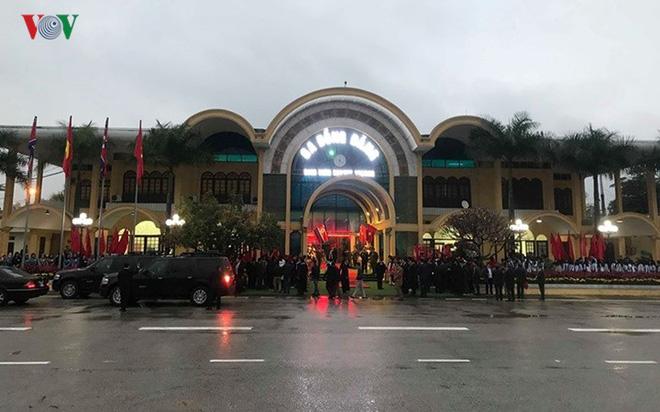 Túc trực thâu đêm đón Chủ tịch Kim Jong-un tại Ga Đồng Đăng - Ảnh 5.