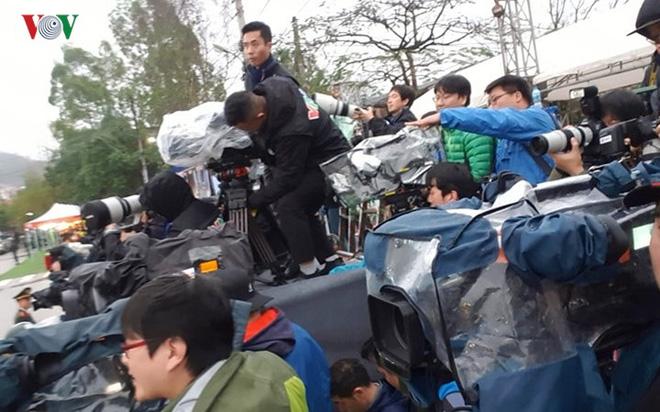 Túc trực thâu đêm đón Chủ tịch Kim Jong-un tại Ga Đồng Đăng - Ảnh 7.