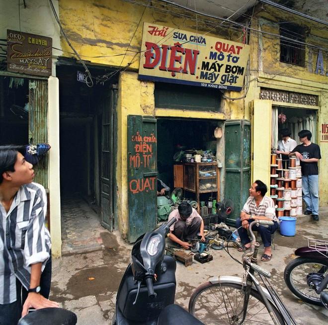 Hà Nội 36 phố phường chụp suốt 30 năm từng xuất hiện trên báo Anh - Ảnh 10.