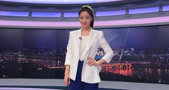 Nữ MC Hàn xinh đẹp tác nghiệp trên nóc khách sạn Daewoo gây sốt Việt Nam nổi tiếng ra sao? - Ảnh 4.