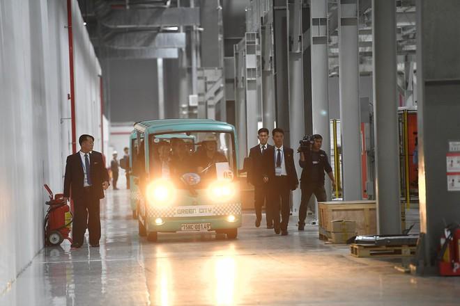 [ẢNH] Trợ lý kinh tế thân cận nhất của ông Kim Jong Un cười rạng rỡ khi đến thăm nhà máy Vinfast - Ảnh 5.