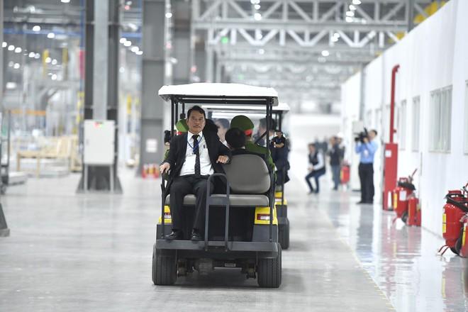 [ẢNH] Trợ lý kinh tế thân cận nhất của ông Kim Jong Un cười rạng rỡ khi đến thăm nhà máy Vinfast - Ảnh 8.